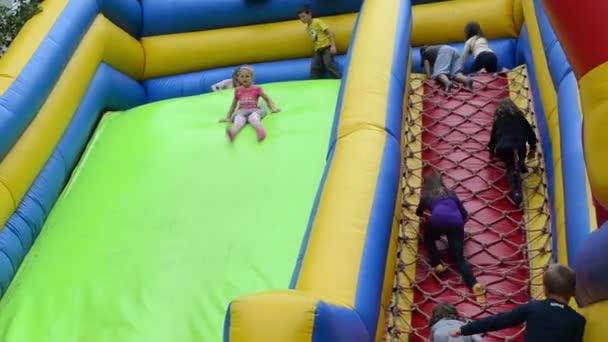 děti lézt a nasuňte na gumové nafukovací hrad dětská hřiště