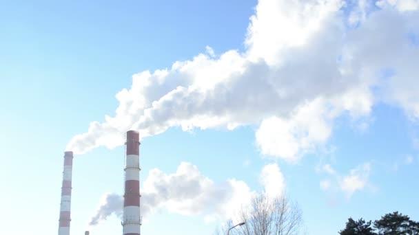 Rauch Aufstieg industrielle Fabrik Schornstein Heizung blauen Himmel
