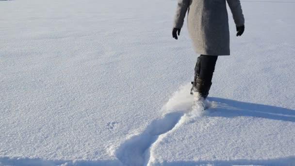 žena chůze sníh forma srdce tvar stopy romantický zimní
