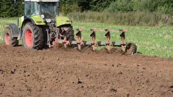 těžké zemědělské stroj pracuje v oboru