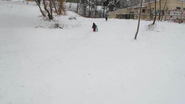 Kinder haben den Berg erreicht und Bruder ist bereit zum Rutschen