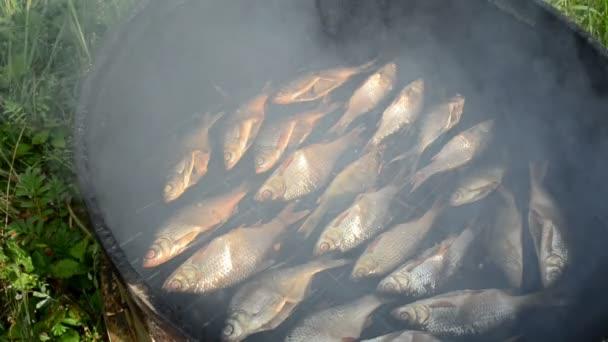 closeup ekologická ryby uzené v udírně a stoupají