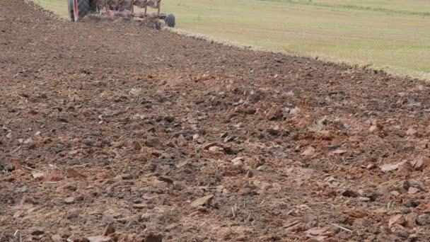 traktoru kolo radlice pluhu práce zemědělské polní půdě