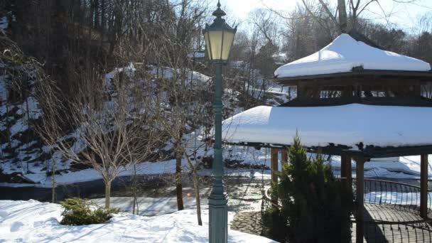 Retrò di pergolato in legno tetto neve illuminazione fiume banca