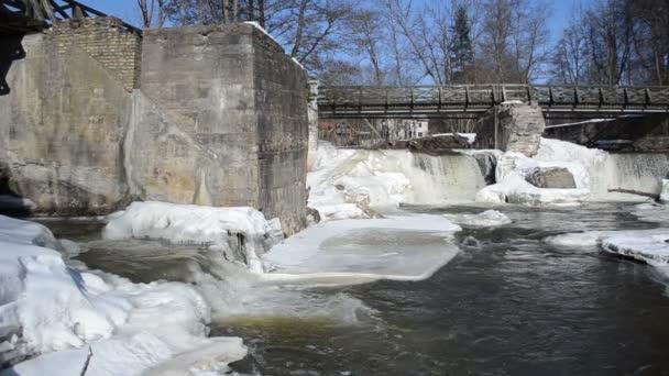 LED zmrazené břehů řeky mezi retro vodopád cascade zimní