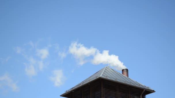 bílý kouř par vzestup domu střechy komín modrá obloha