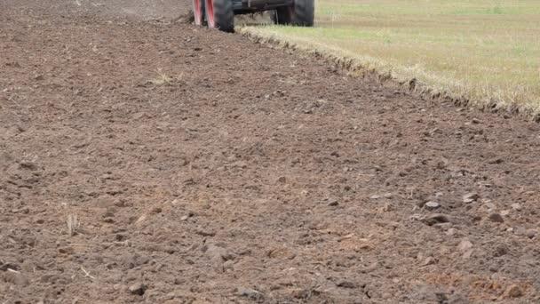 záběr traktoru kolo pluh pluh práce zemědělské oblasti půdy