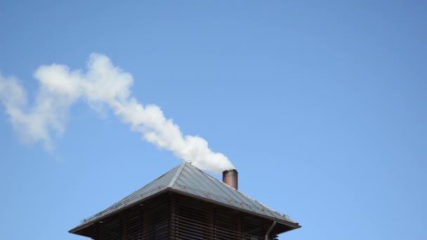 bílý kouř par vzestup domu střechy komín pozadí modrá obloha