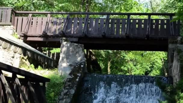 dřevěný most proud toku