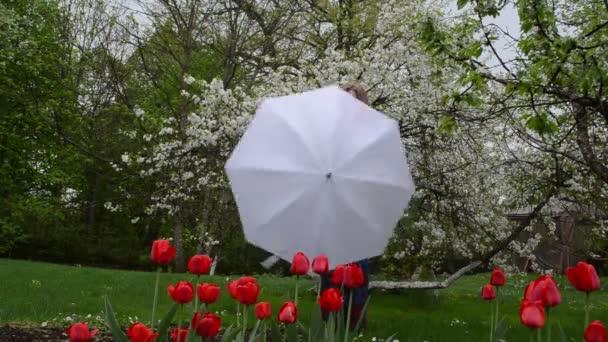 žena deštník zahrada