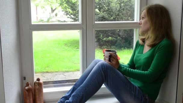 smutná žena okno káva