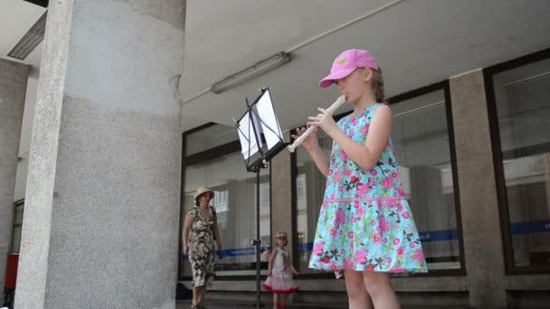 dívka flétna trubka hrát