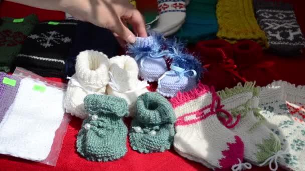 bebé zapatos de lana tejidos a mano — Vídeo de stock © sauletas ... 07818469f14