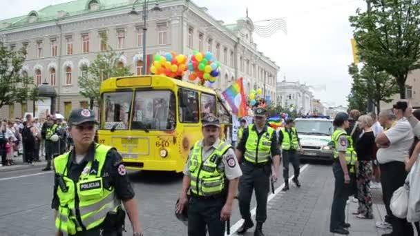 autobus gay průvodu policie