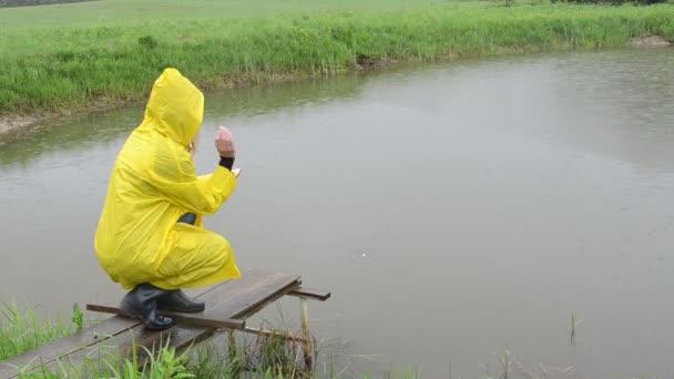 žena krmení ryb déšť