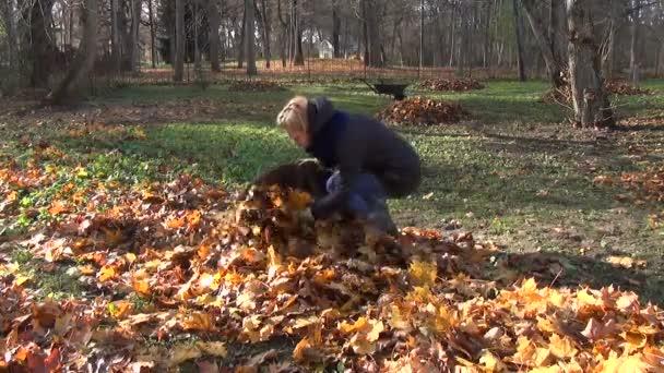 dívka zahradník podzimní práce