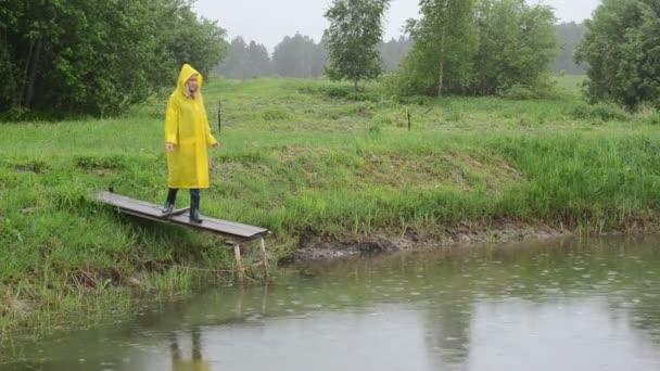 mezőgazdasági termelő táplál hal eső