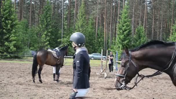 Menschen bereiten Pferderennen vor