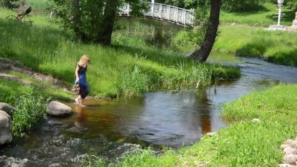 dívka skalní potok
