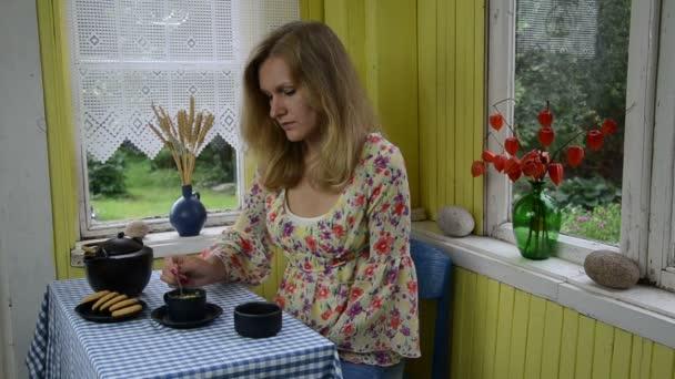 žena pít Heřmánkový čaj