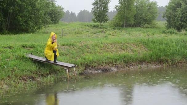 farmář krmení ryb déšť