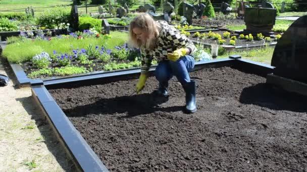 žena povolte hrob zem