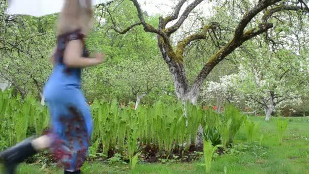 žena kapradí zahradní boty