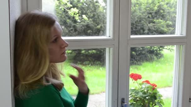 blondýnka okenní parapet