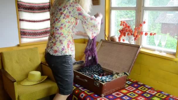 venkovská turistika dívka kufru
