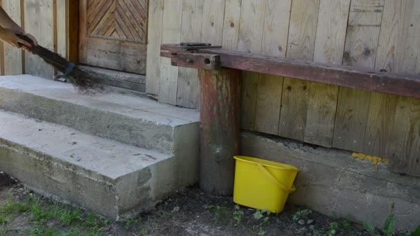 pracovník zametat koště schodiště
