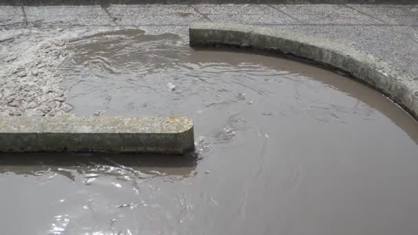 Schmutzwasser fließt