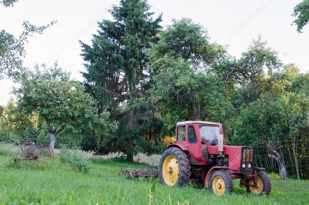 tracteur de ferme rustique dans le jardin d 39 t photographie sauletas 47297169. Black Bedroom Furniture Sets. Home Design Ideas