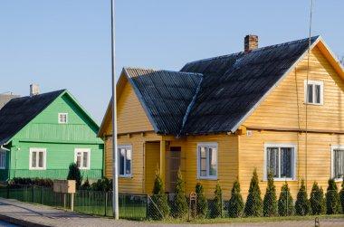 Cadde boyunca kırsal yeşil sarı boyalı evleri