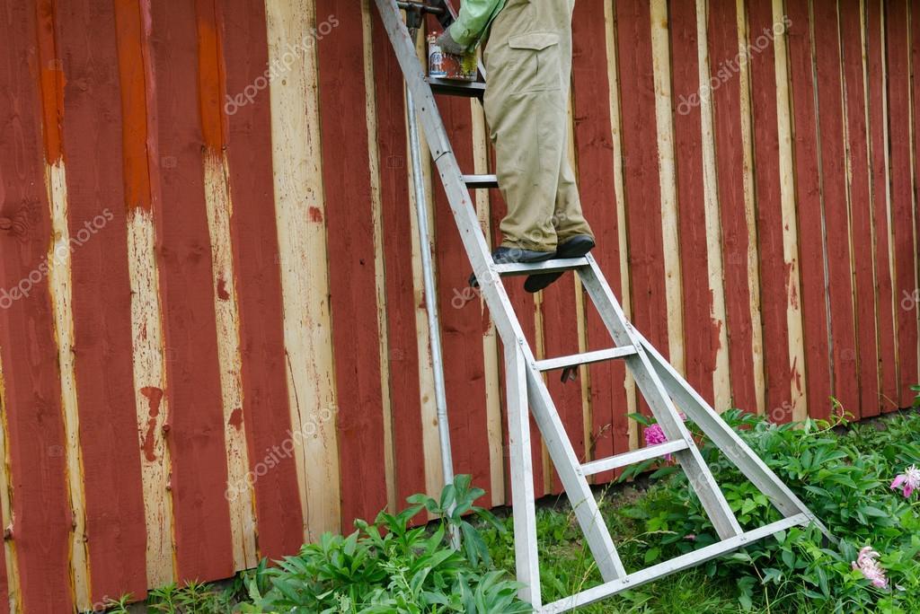 Homme De Peintre Sur Mur De Maison De Jardin Peinture