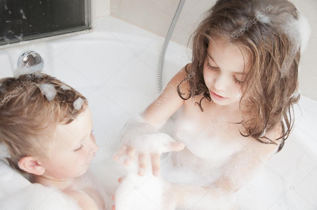 Брат трахнул сестру онлайн в душе