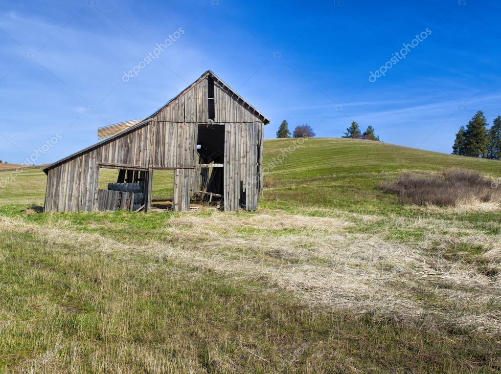 Landhaus alte Scheune im Feld. — Stockfoto © gjohnstonphoto ...