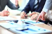 podnikatelé setkání diskutovat o situaci na trhu