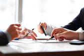 Bankovní podnikání nebo finančních analýz desktop s účetními grafy