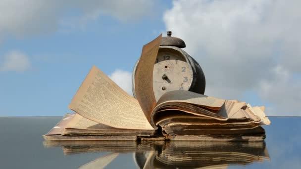 Spiegel Met Klok : Oud boek met klok op spiegel en wind u2014 stockvideo © alisbalb2 #12793255