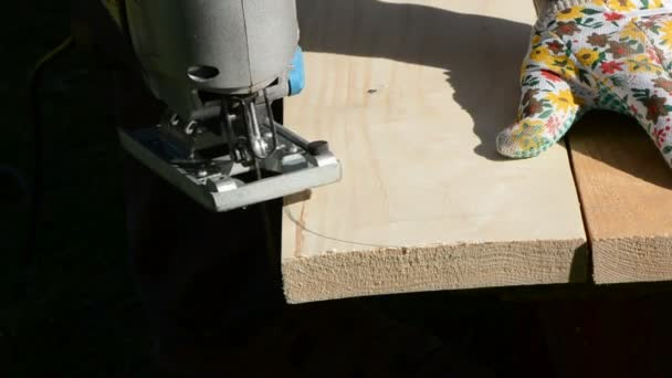 Carpenter cut plank with electric saw
