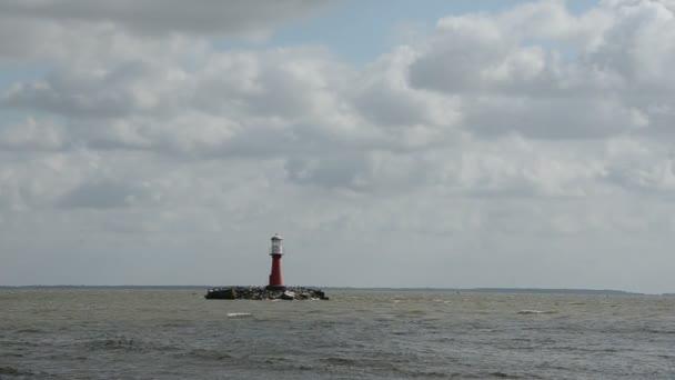 maják v moři zátoky a vlny