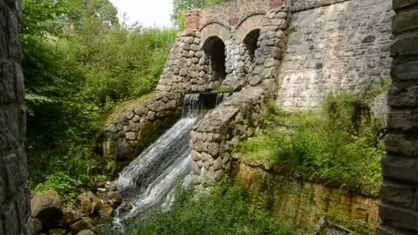 historické řek dam s vodopádem v parku