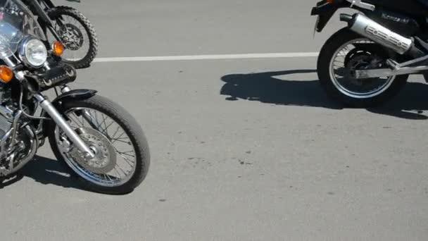 motorkáři motorka v ulici města