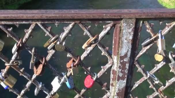 milenci zámků na železniční most historických říční