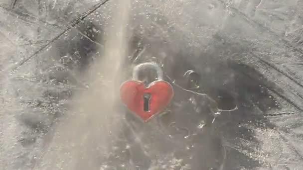 Liebessymbol Herd in Eis und Wasserspritzer