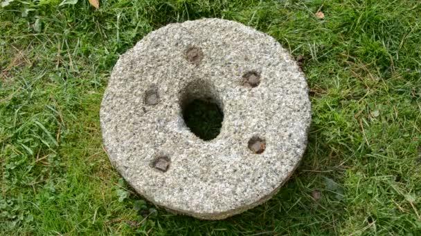 Dejte měsíček parta na starý mlýnský kámen