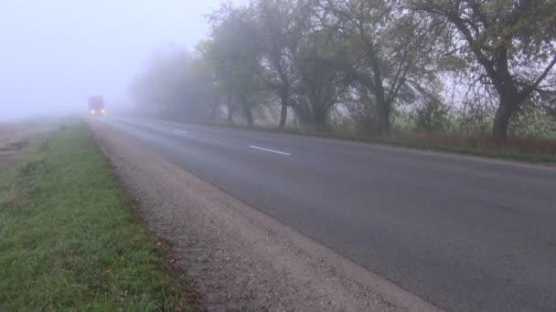 podzimní cesta s červeným truck a ranní mlhy