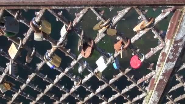 milenci zámků na most kovový plot