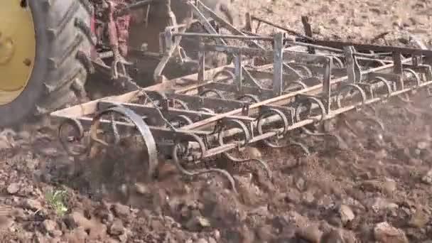 traktor zemědělství orání jaro farm pole s harrow