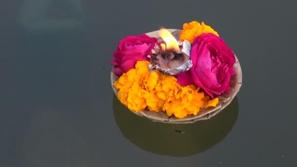 hinduismus náboženské ceremonie puja květiny a svíčky na ganges vody, Indie